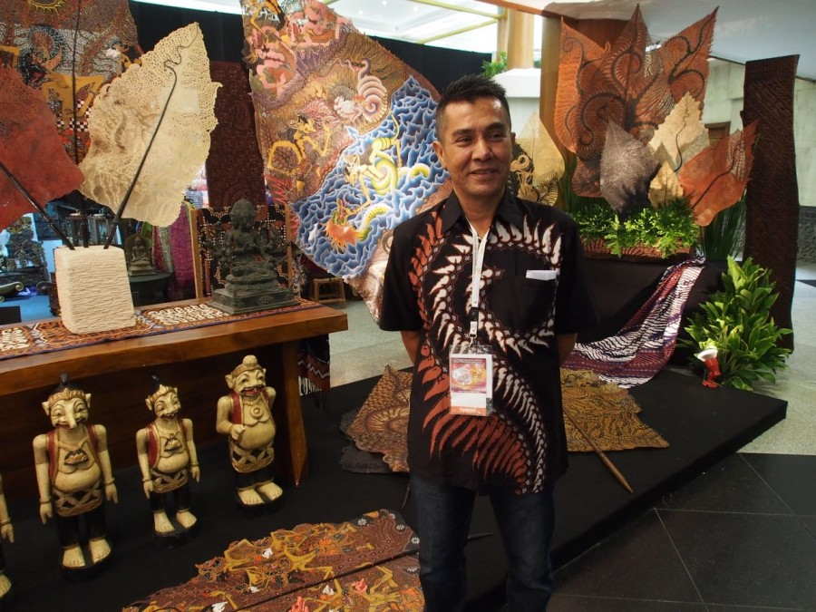 Batik artist, Dudung of Pekalongan, with a special exhibit of his new work