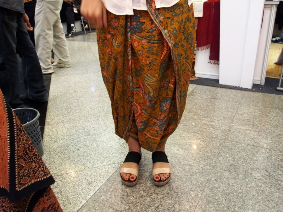 how to wear a kain panjang without cutting or sewing.